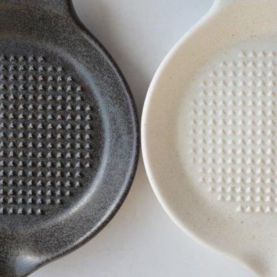 画像1: 【SHIKIKA】にんにくおろし 暮らしの小道具 スマートキッチン ミニアイテム おろし にんにく 擦りおろし ミニ 白 黒 小さい ツール 磁器 ロロ LOLO 日本製