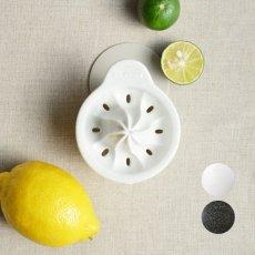 画像1: 【SHIKIKA】しぼり揃え 暮らしの小道具 スマートキッチン ミニアイテム しぼり レモン搾り ミニ 白 黒 小さい ツール 磁器 ロロ LOLO 日本製 (1)