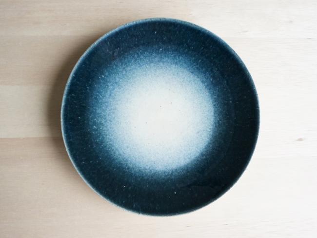 画像1: 【作山窯-SAKUZAN-】-凛-平皿<中>/プレート/紺吹き/パン皿/中皿/日本製/陶器  (1)