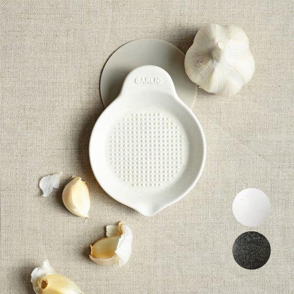 画像1: 【SHIKIKA】にんにくおろし 暮らしの小道具 スマートキッチン ミニアイテム おろし にんにく 擦りおろし ミニ 白 黒 小さい ツール 磁器 ロロ LOLO 日本製 (1)